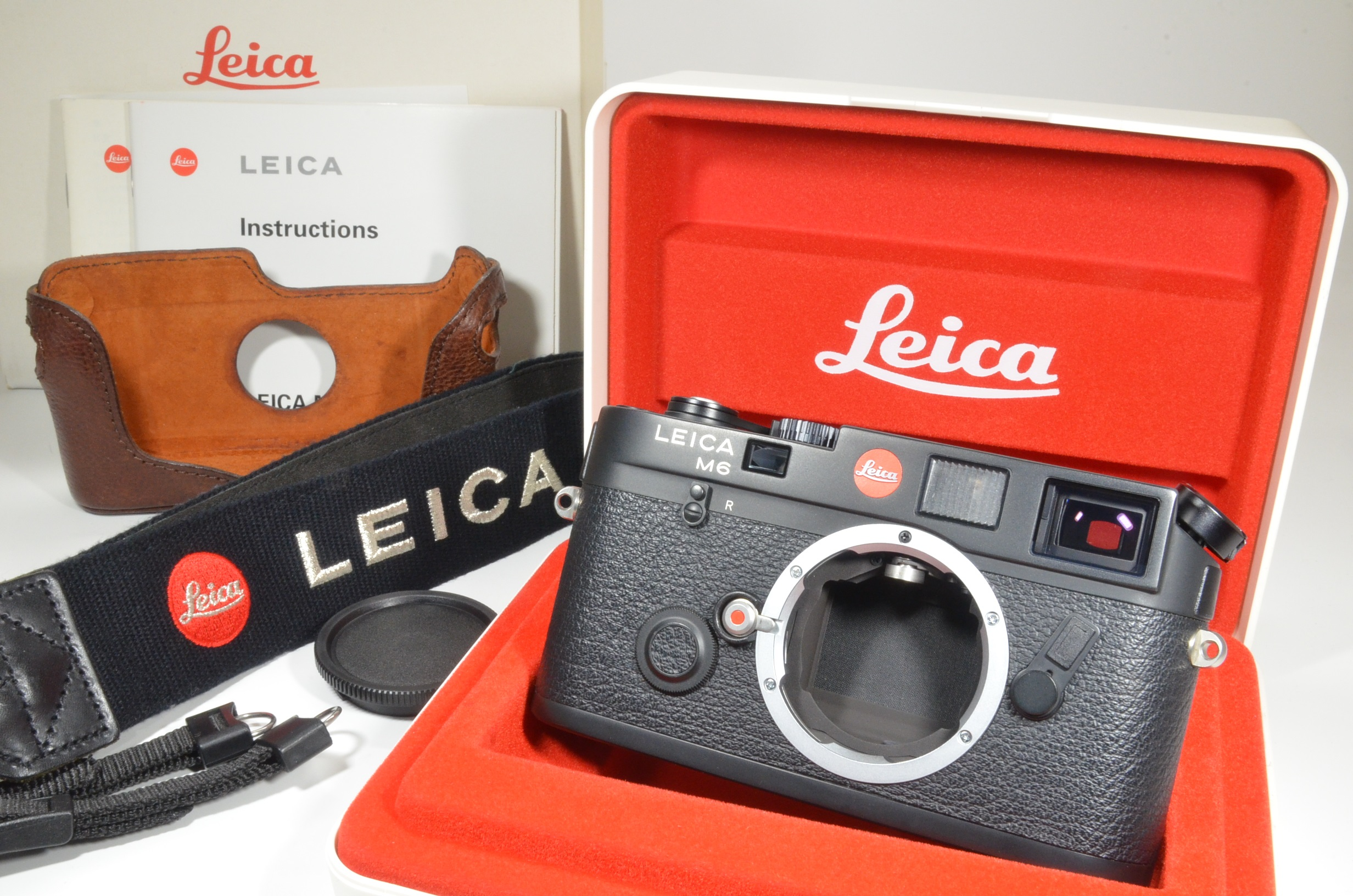 leica m6 black 0.72 in boxed 35mm rangefinder with half case and strap
