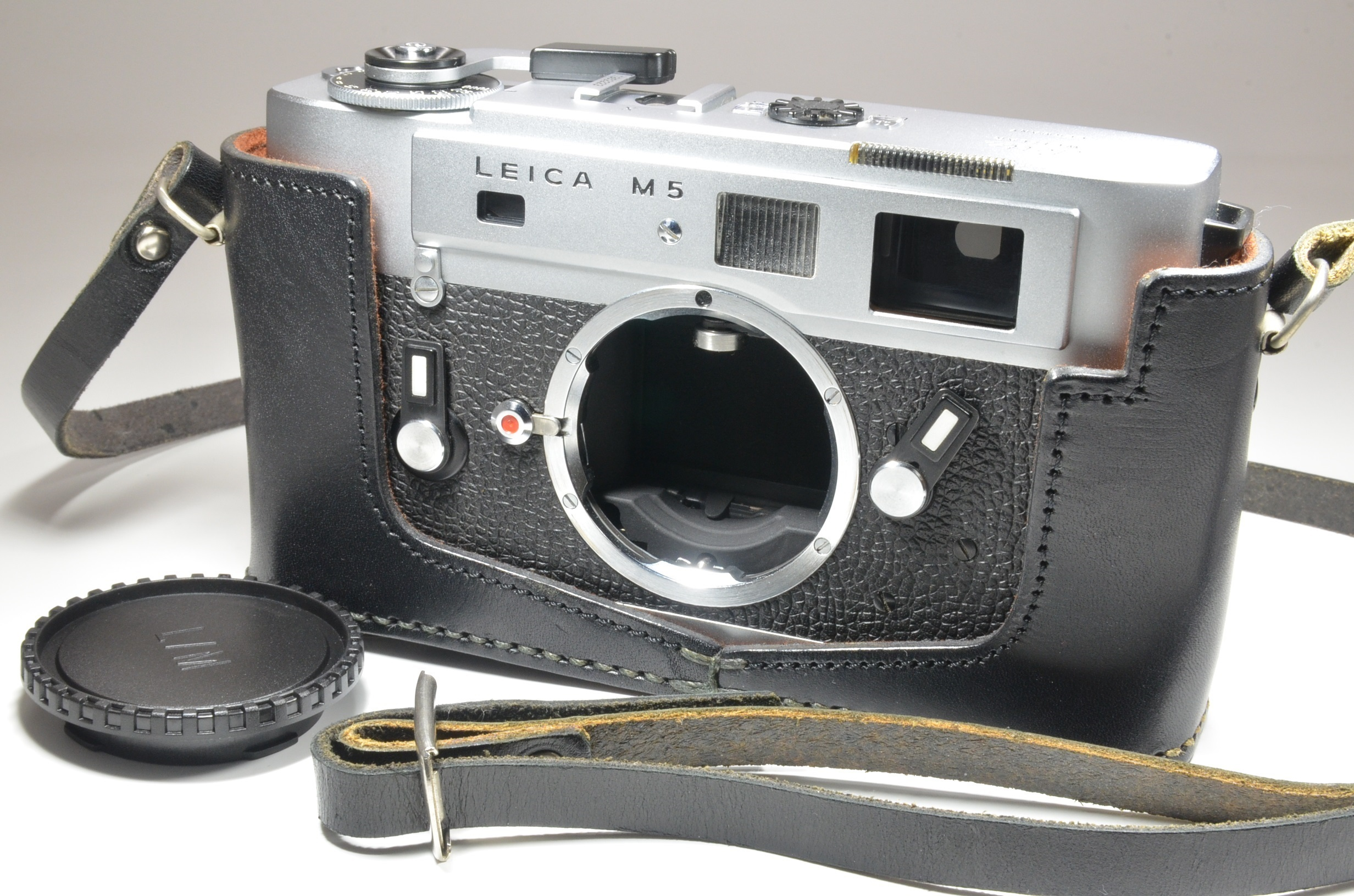 leica m5 chrome 3 lug year 1973 rangefinder camera with half case