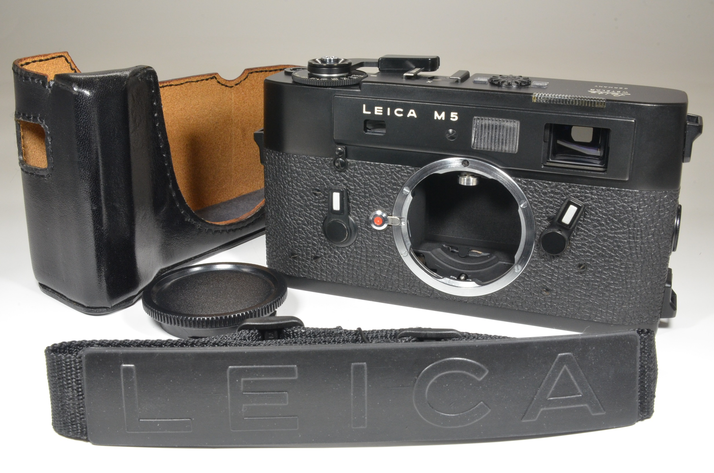 leica m5 black 3 lug serial no.1377872 year 1973 w/ half case