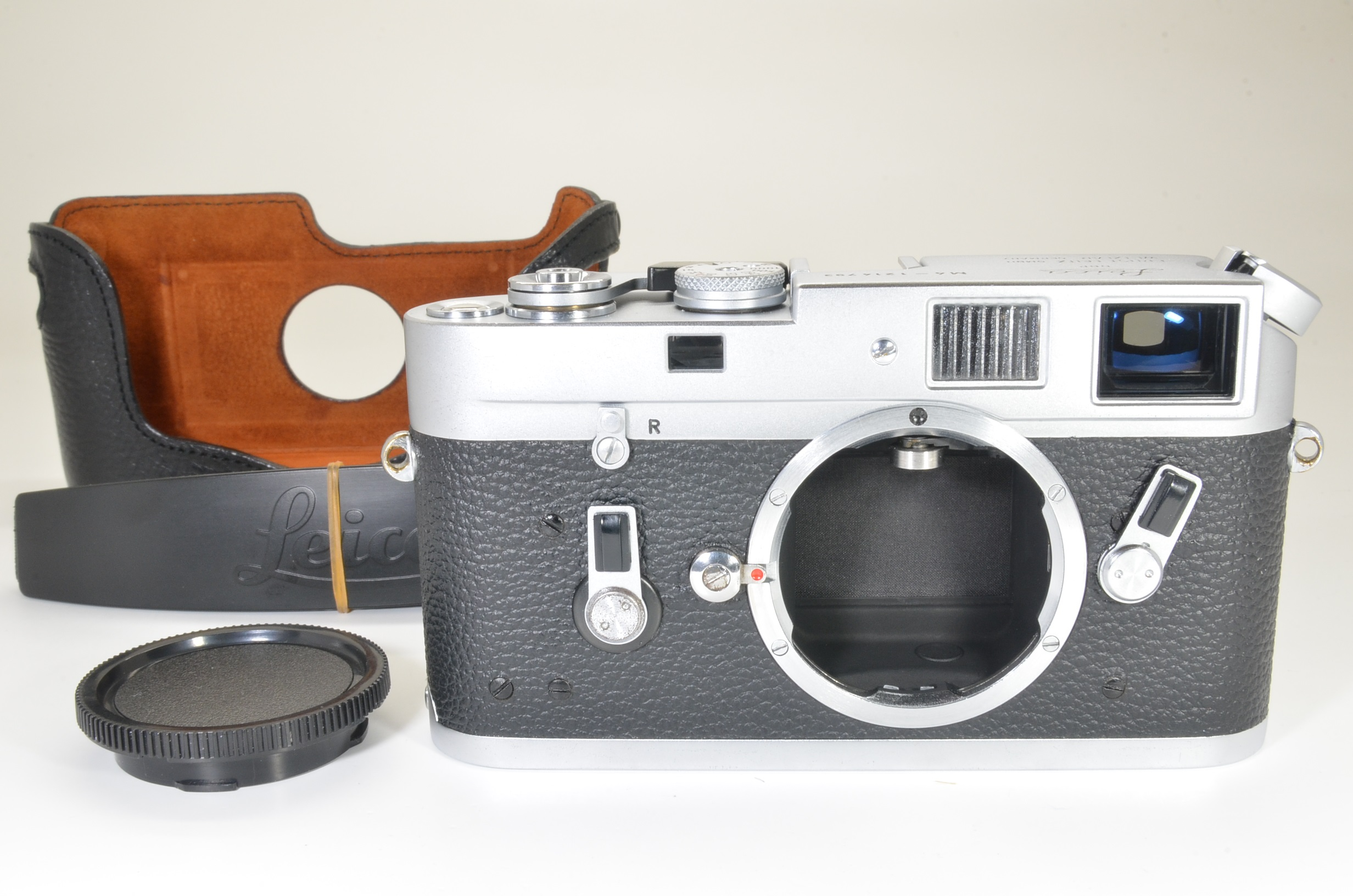 leica m4 silver chrome film camera s/n 1214793 year 1968 w/ case shooting tested