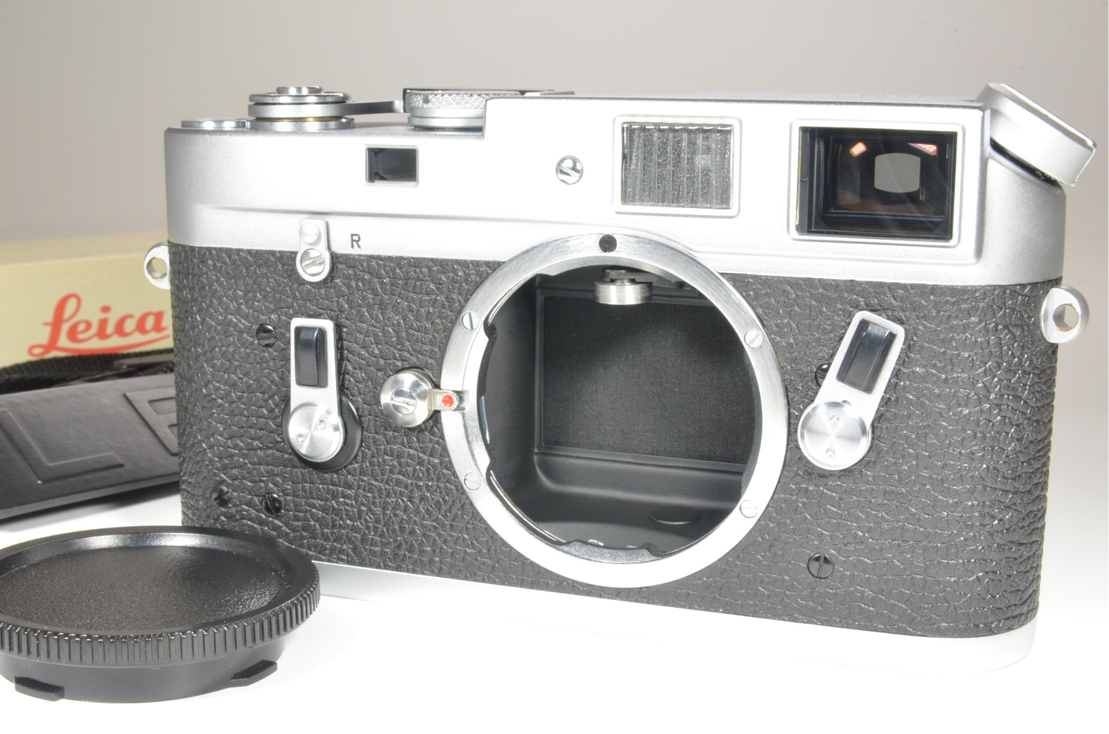 leica m4 35mm rangefinder film camera s/n 1230551 year 1969 with strap